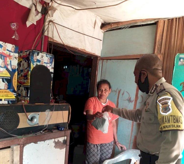 Peduli Warga Binaannya, Bhabinkamtibmas Kelurahan Naikolan Bagikan Makanan Kepada Warga yang Terkena Dampak Virus Covid-19