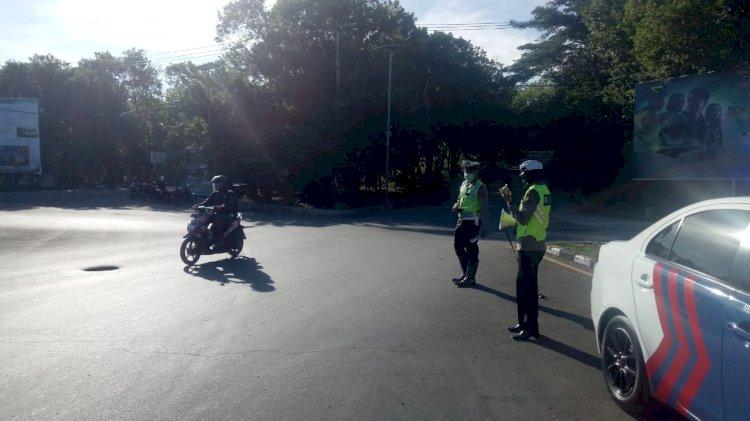 Satlantas Polres Kupang Kota Bagi Brosur Tunda Mudik dan Imbauan Cegah Virus Corona