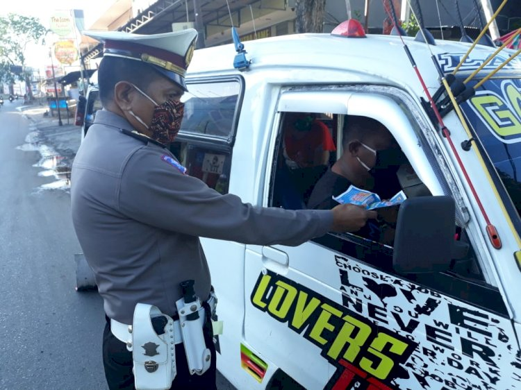 Satlantas Polres Kupang Kota Beri Imbauan Cegah Virus Corona Serta Memberikan Brosur dan Sticker Tunda Mudik Kepada Warga dan Pengendara