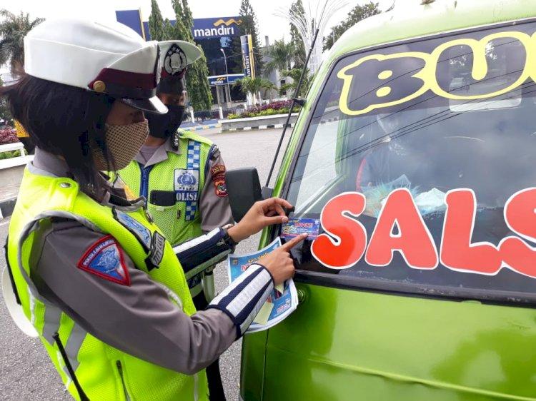 Satlantas Polres Kupang Kota Beri Imbauan Cegah Virus Corona Serta Bagikan Brosur Tunda Mudik Ke Pengendara