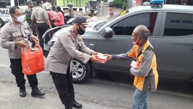 Ditengah Covid-19, Jelang Buka Puasa Wakapolres Bersama Personil Polres Kupang Kota Bagi-bagi Takjil