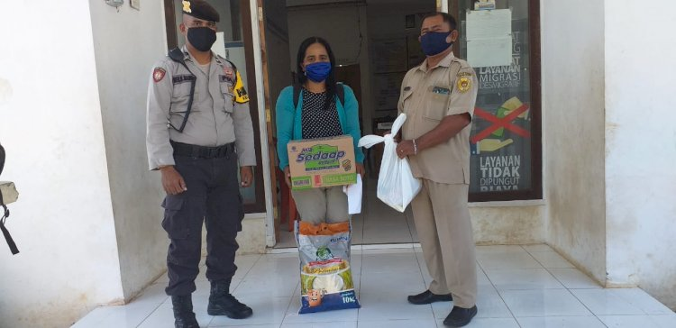 Babinkamtibmas dan Babinsa kelurahan Naimata laksanakan Pengamanan dan Pemantauan Pembagian Bansos