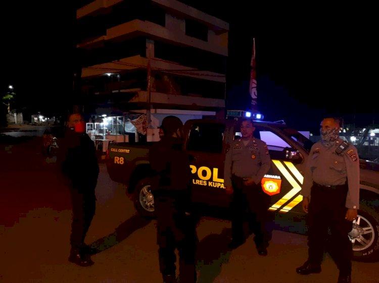 Patroli Malam, Sat Sabhara Polres Kupang Kota  Sampaikan Imbauan Cegah Penyebaran Covid-19