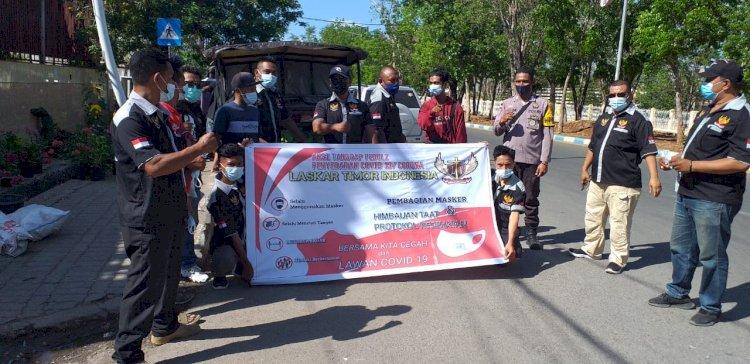 Bhabinkamtibmas Bersama Komunitas Laskar Timur Indonesia Melaksanakan Himbaun Protokol Kesehatan Dan Pembagian Masker Di Pasar Kasih