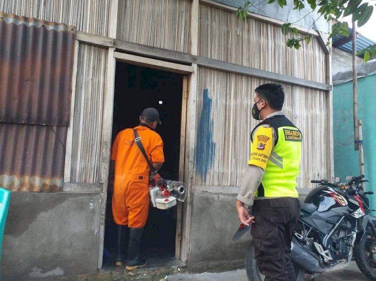 Cegah DBD,Bhabinkamtibmas Polsek Kelapa Lima Monitoring Fogging di Kelurahan Oesapa Barat.