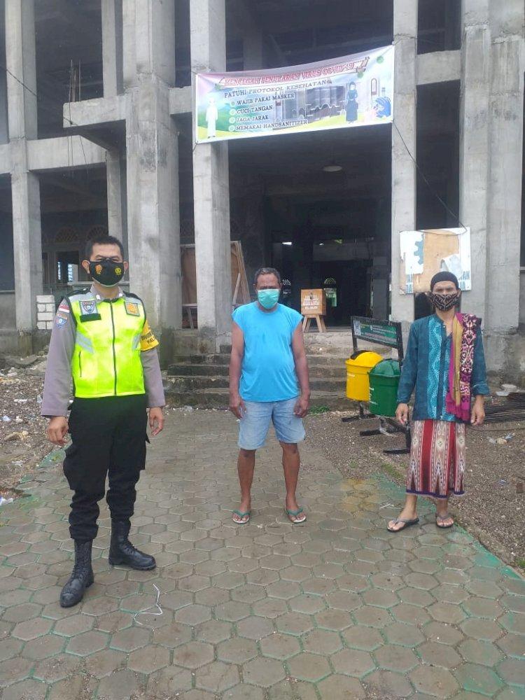 Upaya Memutus Rantai Penyebaran Covid-19, Bhabinkamtibmas Kelurahan Solor Pantau Kegiatan Ibadah Agar Sesuai Protokol Kesehatan