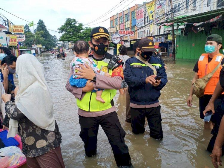 Wujud Negara Hadir, Personel TNI-Polri Dikerahkan Bantu Korban Banjir.