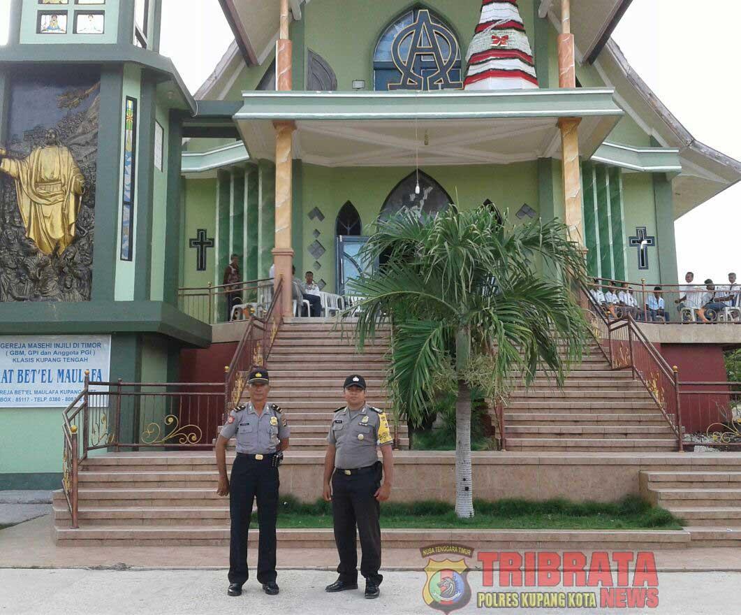 Panit Sabhara Polsek Maulafa dan Bhabinkamtibmas Kelurahan Maulafa Pantau Kegiatan Natal Bersama Keluarga Besar SMA Negeri 7 Kupang.