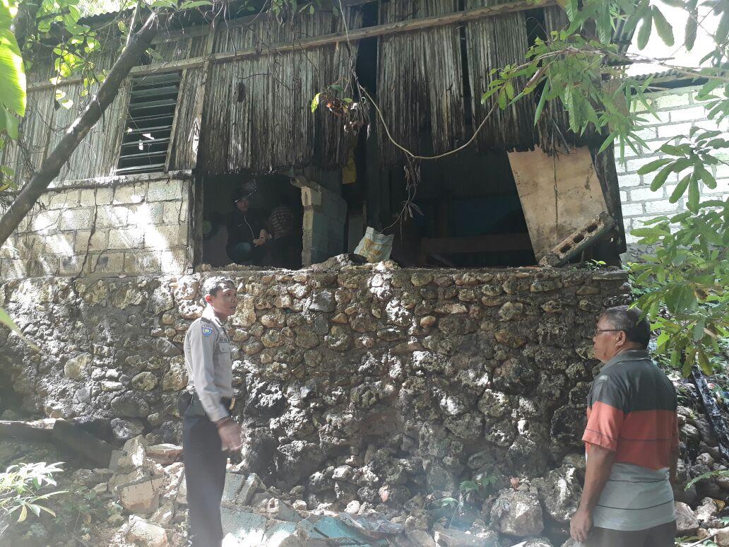 Bersama dengan Perangkat Kelurahan Bhabinkamtibmas Pantau Tanah  Longsor.