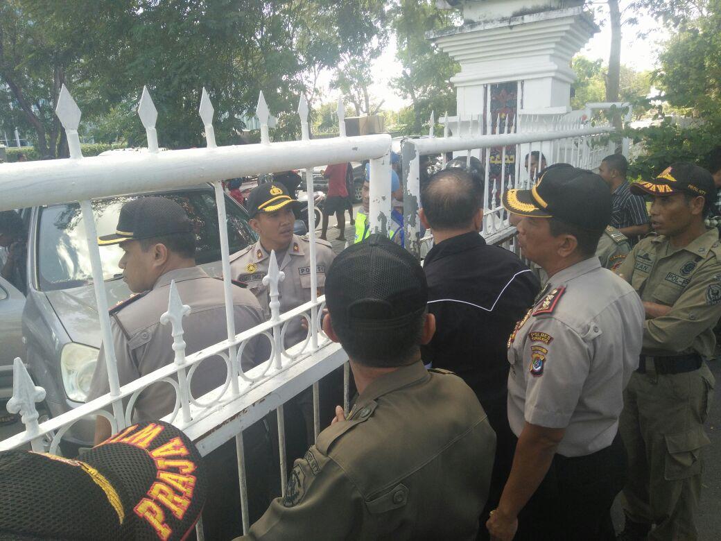 Personil Polres Kupang Kota Laksanakan pengamanan Aksi Unjuk Rasa Lanjutan oleh Forum Mahasiswa Universitas PGRI Kupang.