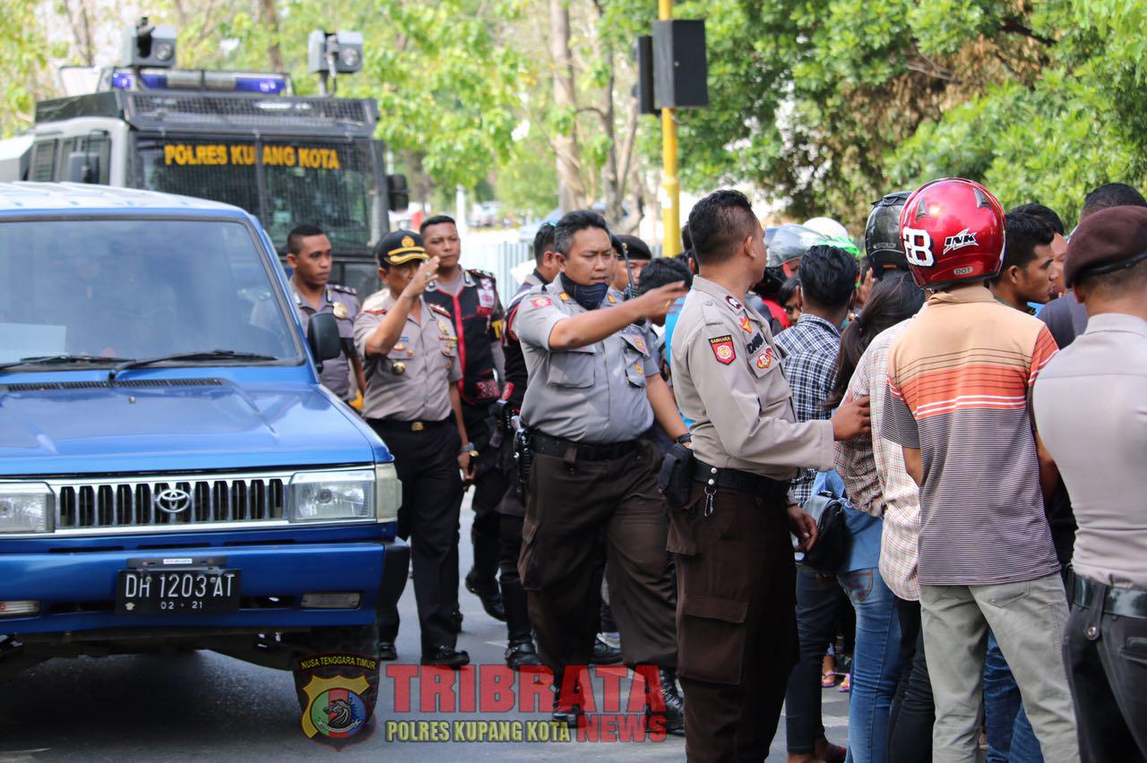 Pengamanan Aksi Unjuk Rasa Lanjutan Forum Mahasiswa PGRI NTT di Kantor DPRD Provinsi NTT.