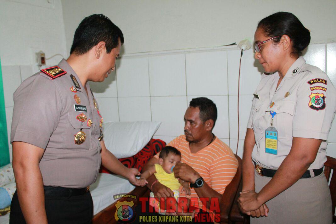 Isak Tangis Tak Terbendung,Saat Kapolres Kupang Kota Menyerakan Bayi yang di Terlantarkan Orangtuanya.