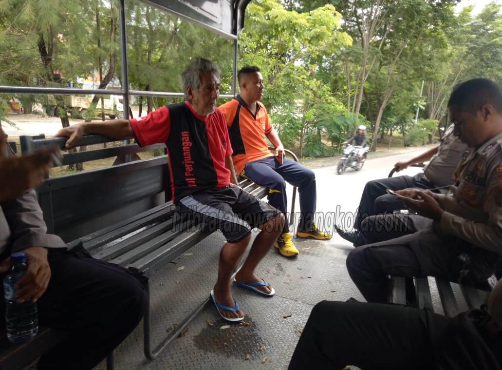 Layanan Kemanusiaan, Personil Satuan Sabhara Polres Kupang Kota Antar Warga yang Tersesat.