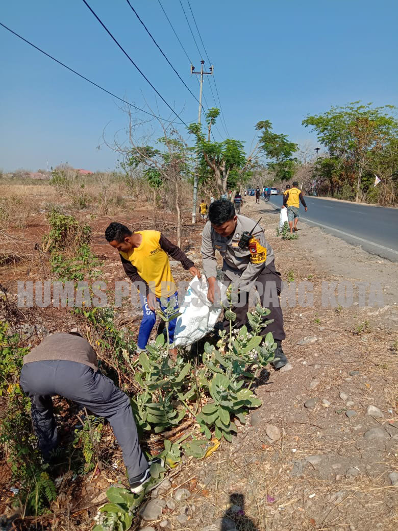 Bhabinkamtibmas Kelurahan Oesapa Selatan Turut Serta Dalam Kegiatan Kerja Bakti