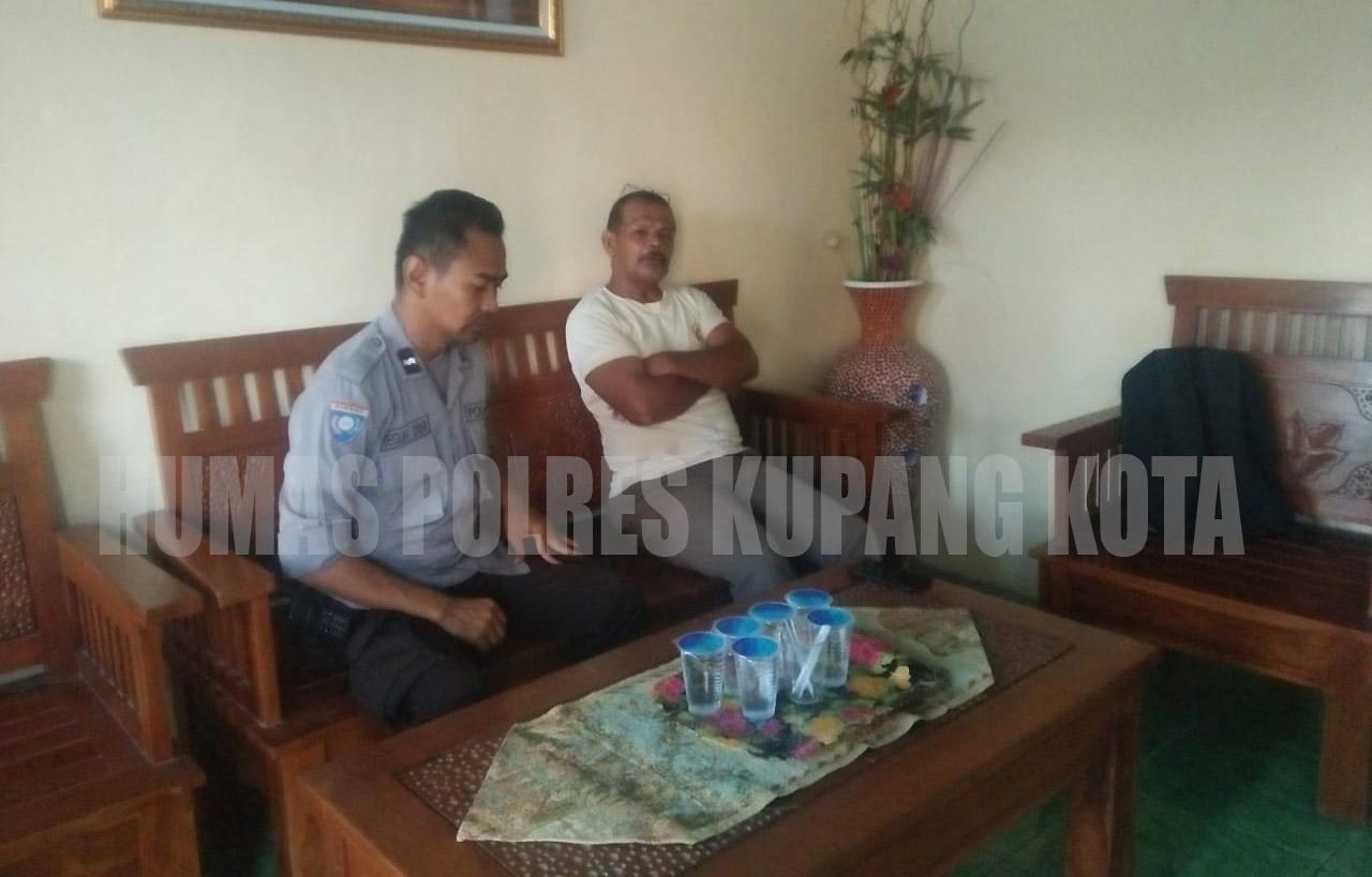 Sampaikan Pesan Kamtibmas, Bhabinkamtibmas Polsek Oebobo Sambang Ketua RT.