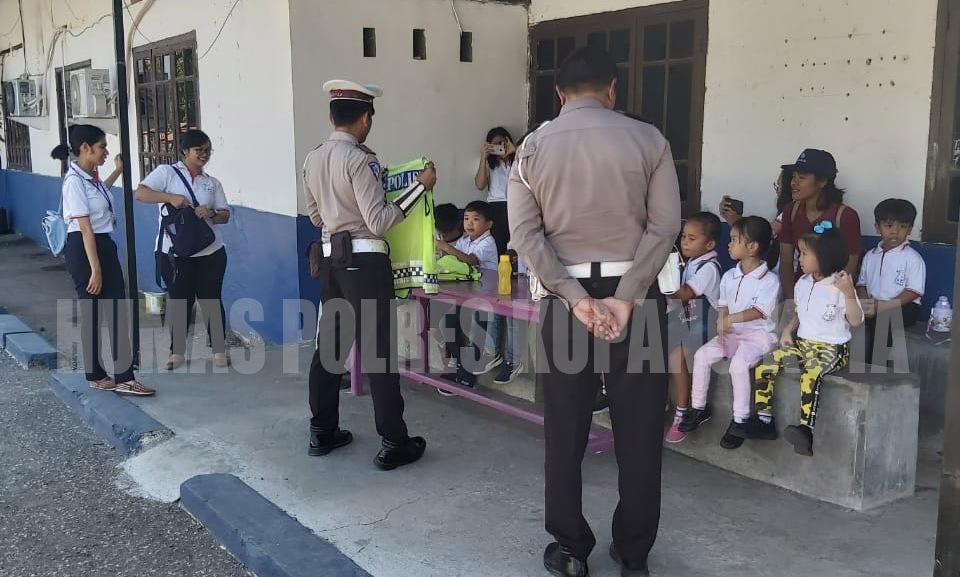 Puluhan Anak TK Dian Harapan Kunjungi Satuan Lalu Lintas Polres Kupang Kota.