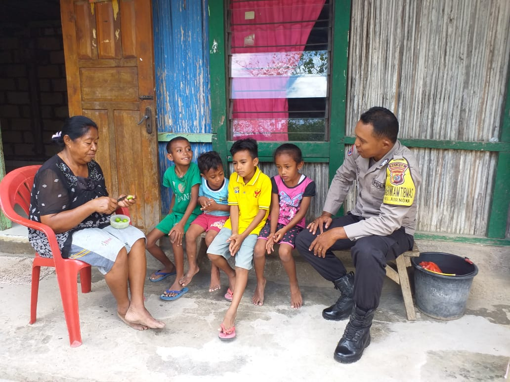Polisi Sahabat Anak, Bhabinkamtibmas Kelurahan Airnona Sambangi Anak-Anak di Wilayah Binaannya