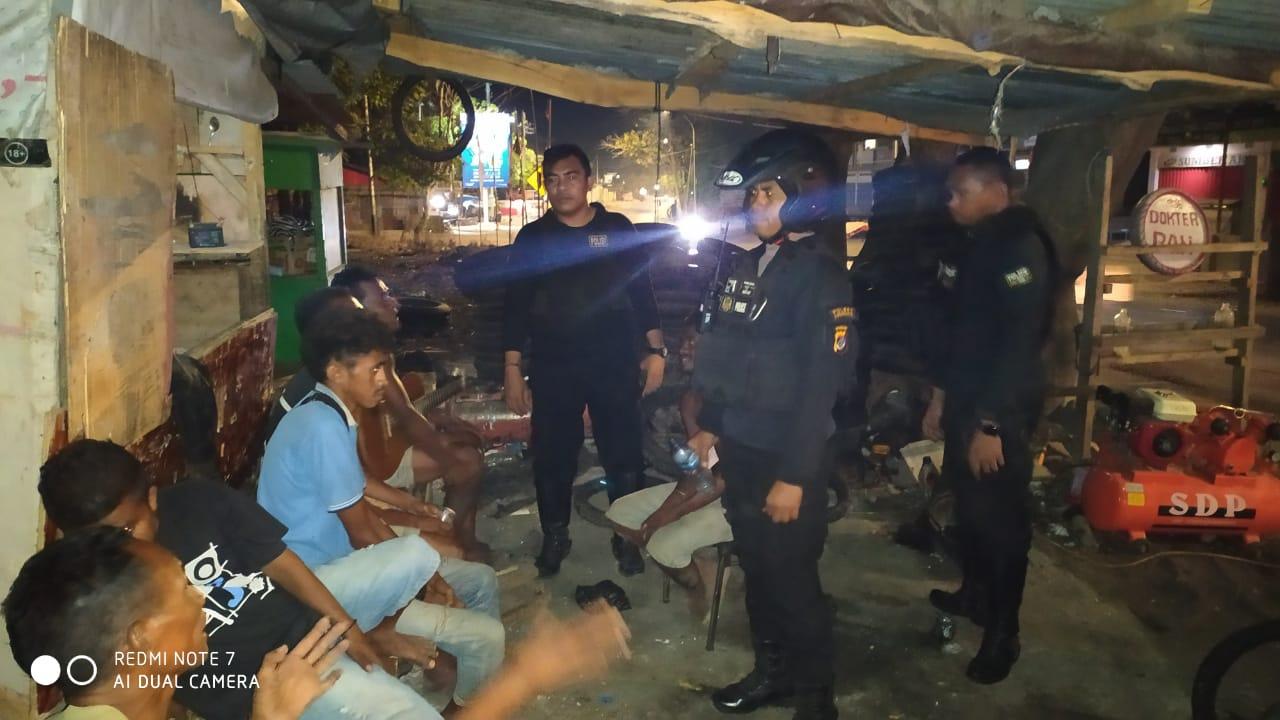 Patroli Gabungan Satuan Sabhara Polres Kupang Kota Amankan sekelompok warga yang Konsumsi Sopi