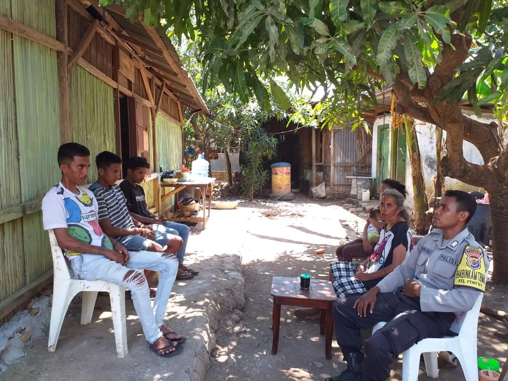 Bhabinkamtibmas Kelurahan Penfui Berikan Nasihat Kepada Pemuda yang Konsumsi Miras dan Buat Gaduh