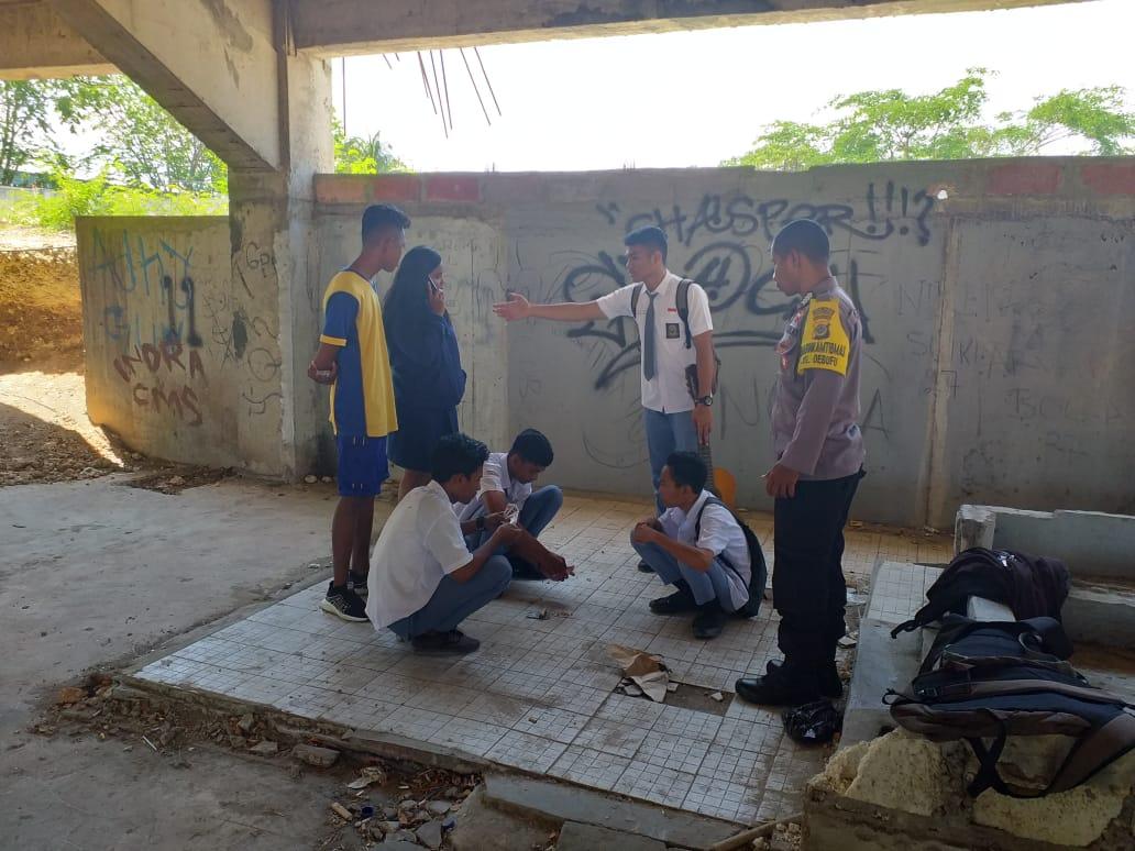 Enam Pelajar Diamankan Bhabinkamtibmas Kelurahan Oebufu Karena Terciduk Bermain Judi