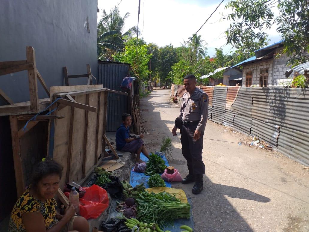 Lakukan Patroli dan Sambang ke Pasar Penfui, Bhabinkamtibmas Berikan Pesan Kamtibmas