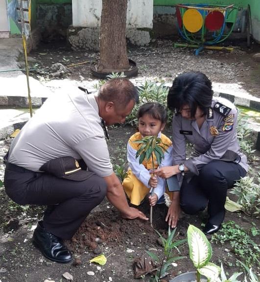 Polres Kupang Kota Ajak Anak-Anak TK Bhayangkari Kota Kupang Menanam Pohon