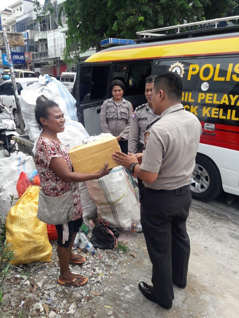 Peduli Sesama, Satbinmas Polres Kupang Kota Bagikan Sembako Kepada Warga