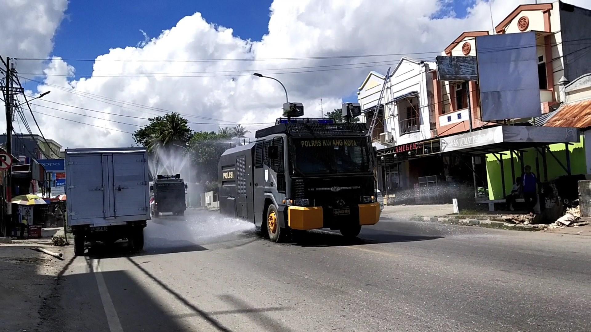Cegah Penyebaran Covid-19 Jajaran Polda NTT Lakukan  Penyemprotan Disinfektan,Disertai Sosialisasi di Wilayah Kota Kupang.