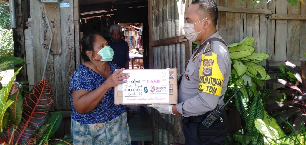 Wujud Kepedulian Dari Dampak Covid-19, Bhabinkamtibmas Kelurahan TDM Berikan Bantuan Kepada Warga Binaan